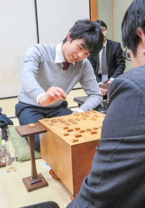 関西将棋会館で行われた王座戦2次予選5組決勝で糸谷哲郎八段(手前)を破り笑顔の藤井聡太六段