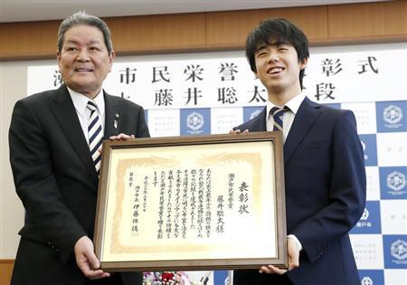 瀬戸市民栄誉賞を授与された藤井聡太六段。左は伊藤保徳市長=愛知県瀬戸市役所