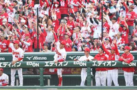 <広・中>7回、エルドレッドの3点本塁打にバンザイの緒方監督(右から2人目)ら広島ナイン
