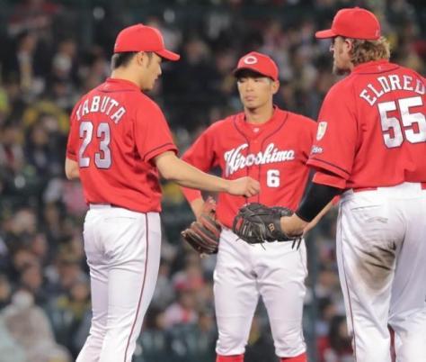 6回途中に降板する薮田(左)