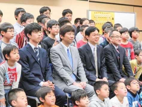 神戸市内で行われた将棋イベント「竜王アカデミーin神戸」に参加した(左から)藤井聡太六段、杉本昌隆七段、谷川浩司九段島朗九段