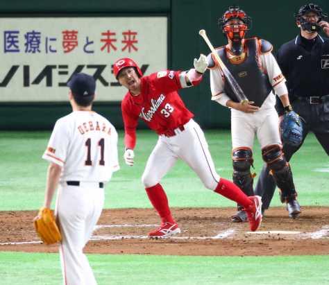 <巨・広>7回2死、巨人・上原から勝ち越しとなるソロ本塁打を放つ広島・菊池