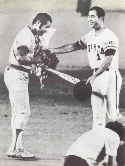 1980年8月、巨人戦の5回終了後、1247試合連続出場のプロ野球新記録を打ちたてた衣笠選手に花束を贈る王選手