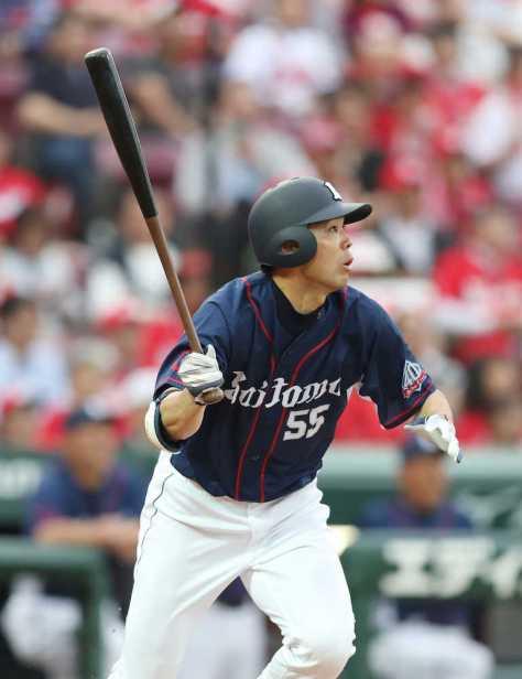 2回無死一、三塁、秋山は右中間に3ランを放つ(撮影・坂田高浩)