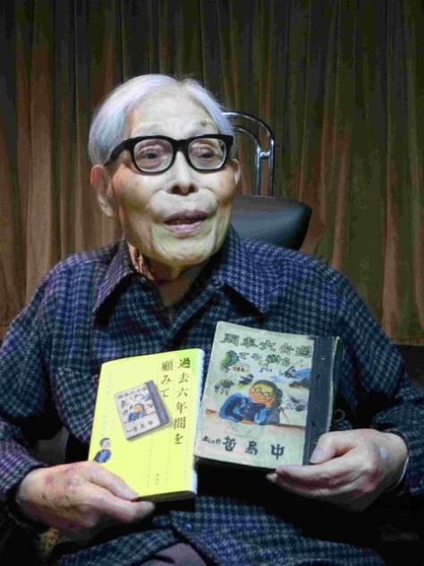小学校卒業時の絵日記の原本(右)と、出版された本を手にする加古里子さん=2月28日、神奈川県藤沢市