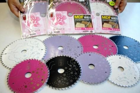桜の柄や鮮やかな色が映える丸のこの替え刃=藤田丸鋸工業