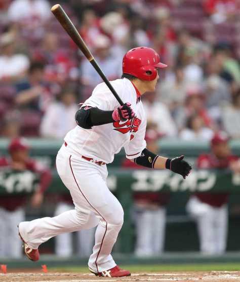 <広・楽>初回1死二塁、丸は左翼線に先制適時二塁打を放つ(撮影・北條 貴史)