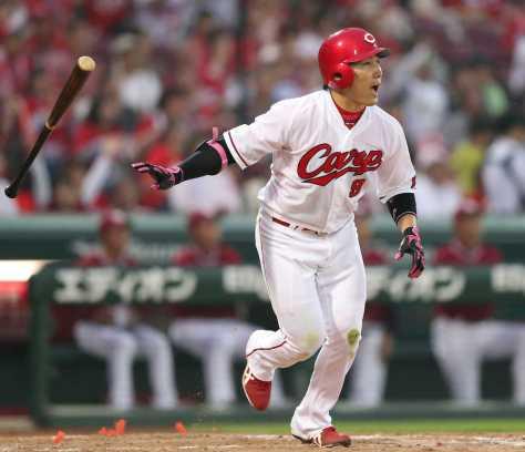 <広・楽>3回、丸は右越えに2点本塁打を放つ(撮影・北條 貴史)