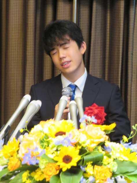名古屋市内で行われた昇級昇段を祝う会を前にした会見で喜びを語る藤井聡太七段