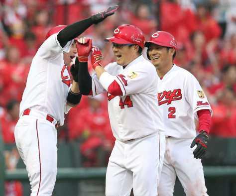 <広・巨>初回1死、同点満塁本塁打を放ち、丸(左)らに出迎えられる松山。右は田中(撮影・北條 貴史)