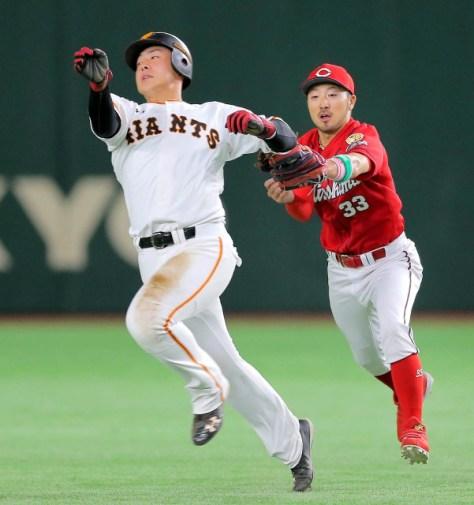 4回2死一塁、亀井の二塁ゴロで一塁走者・岡本(左)は菊池のタッチをかわすも、ラインアウトで併殺となった(カメラ・上村 尚平)