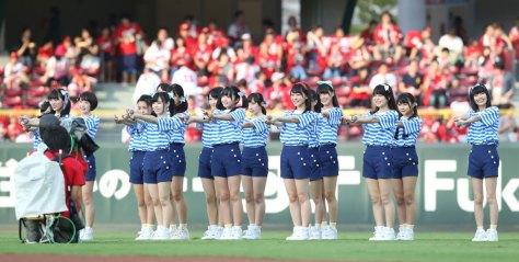 17年8月、マツダスタジアムで行われたプロ野球、広島―中日戦の試合前にパフォーマンスするSTU48