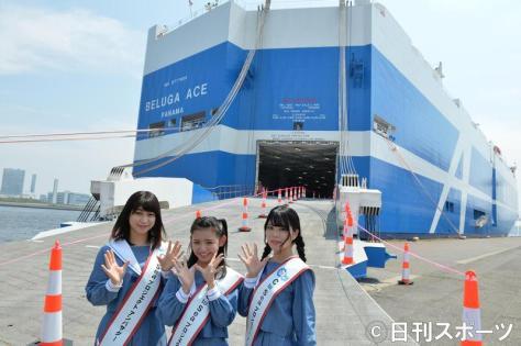 次世代型自動車専用船「BELUGA ACE」に乗り込むSTU48。左から藤原あずさ、峯吉愛梨沙、矢野帆夏(撮影・森本隆)