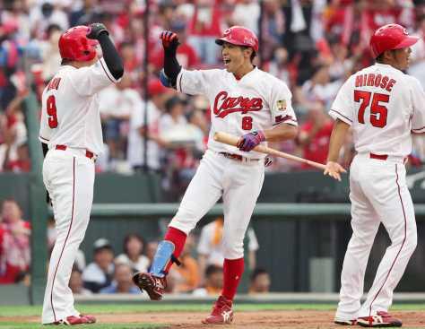 <広・巨>初回2死一、二塁、右越えに3点本塁打を放ち、丸(左)らと笑顔でハイタッチをかわす安部(中央)(撮影・北條 貴史)