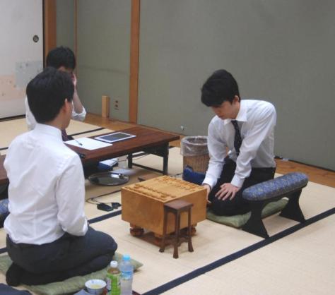 最後の新人王戦に挑んだ藤井聡太七段(右)(撮影・松浦隆司)