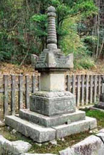 倒壊する前の米山寺宝篋印塔(広島県教委提供)