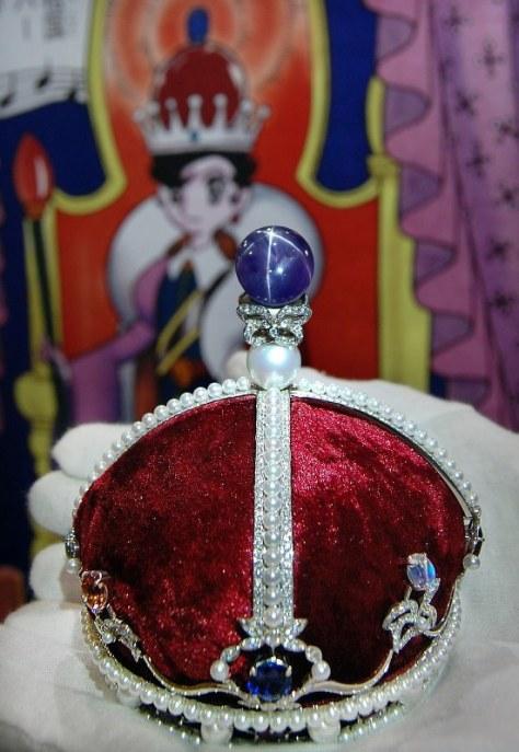 3日間限定で公開される3億円のサファイア姫の王冠=福岡市博多区で2018年7月12日、末永麻裕撮影
