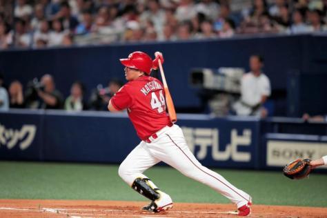 2回、松山は本塁打を放つ=ナゴヤドーム(撮影・坂部計介)