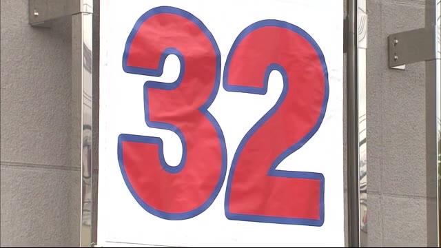 カープ「M32」点灯 街にはカウントダウンボード