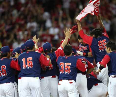 <広・ヤ>9回、サヨナラ本塁打を放ち、歓喜の輪に飛び込む鈴木(撮影・坂田 高浩)
