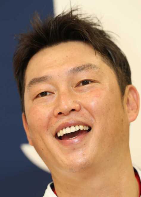 会見で今季限りでの引退を表明した新井(撮影・大森 寛明)