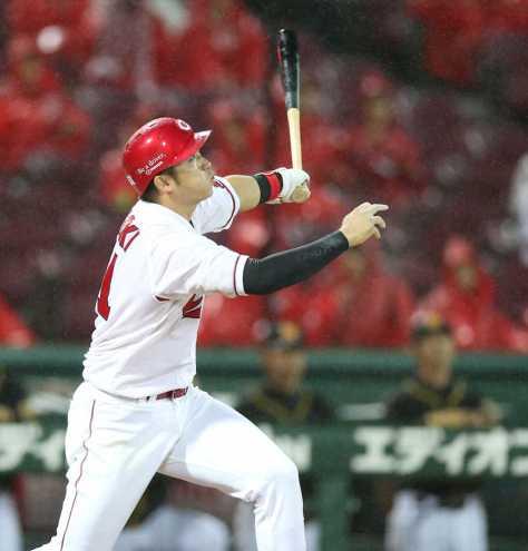<広・中21>5回2死二塁、鈴木は左越えに2点本塁打を放つ(撮影・北條 貴史)