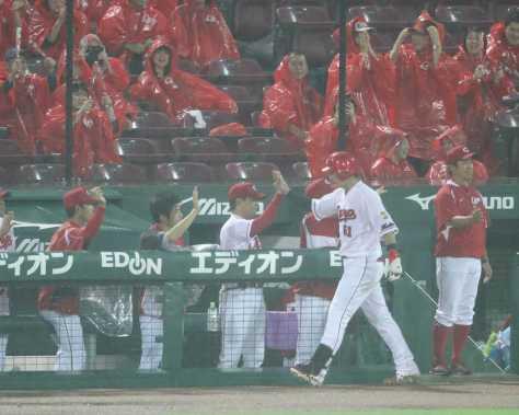 <広・神21>5回2死二塁、左越え2ランの鈴木は緒方監督とハイタッチをかわす(撮影・大森 寛明)