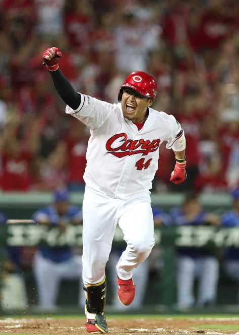 9回1死二、三塁、松山はサヨナラの右前適時打を放ち、ベンチに向かってガッツポーズ(撮影・坂田 高浩)