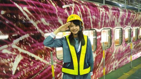 大好きな新幹線の前で敬礼する瀧野由美子