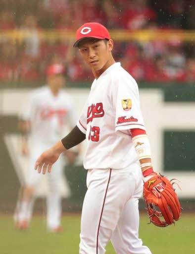 六回、DeNA無死、ロペスの打球を一塁に悪送球し、肩を落とす西川
