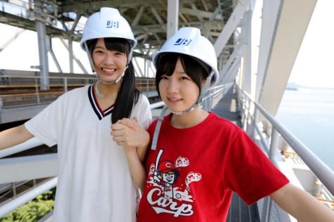 瀬戸大橋の「てっぺん」に向かう途中の通路に立つSTU48の福田朱里さん(左)と甲斐心愛さん。通路は網になっていて下が丸見えだけに、ちょっとこわそう=安冨良弘撮影