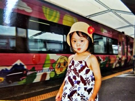 3歳の時にアンパンマン列車に乗った福田朱里さん=STU提供