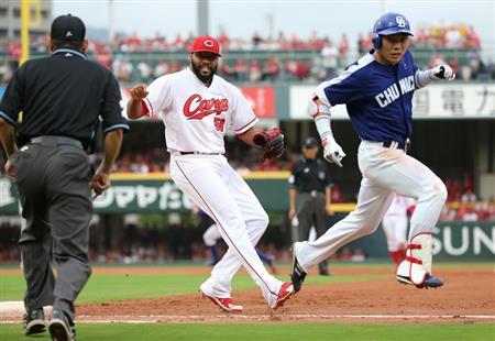 9回、中日・大島の一ゴロを広島・ジャクソンが一塁ベースカバーに入り、一旦アウトの判定も、リクエストの結果セーフ=マツダスタジアム(加藤孝規撮影)