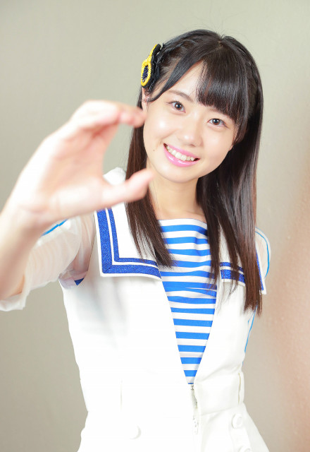 右手で広島カープの「C」を作る瀧野由美子(カメラ・小泉 洋樹)