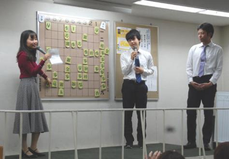 新人王戦決勝3番勝負の第1局後、大盤解説に姿を見せた藤井聡太七段(中央)