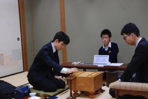 対局に臨んだ藤井聡太七段(左)と千葉幸生七段(撮影・松浦隆司)