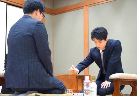 第90期ヒューリック杯棋聖戦1次予選で、村田顕弘六段(左)を相手に初手を指す藤井聡太七段