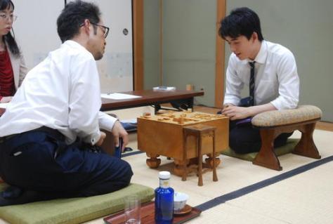 感想戦を行った今泉健司四段(左)、藤井聡太七段(撮影・松浦隆司)