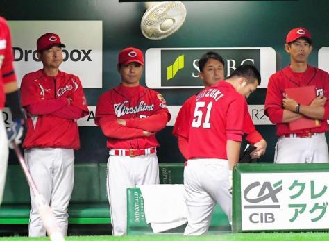 9回、試合を見つめる緒方監督。右は右飛に倒れた鈴木(51)=ヤフオクドーム(撮影・堀内翔)