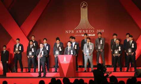 <NPBアウォーズ>セ・リーグMVPを獲得しベストナイン、ベストDHを受賞した選手の前で、感謝の言葉を述べる丸(中央)=撮影・木村 揚輔