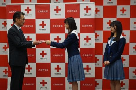 義援金の目録を手渡すSTU48・瀧野由美子、土路生優里