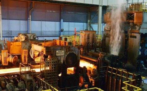 新日鉄住金が報道陣に公開した最新鋭鋼板工場で、真っ赤に熱せられた鋼板=米アラバマ州カルバート(共同)