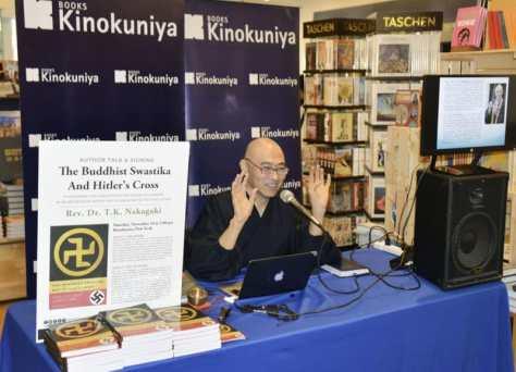 10日、ニューヨークの書店でトークイベントを開いた中垣顕実さん(共同)