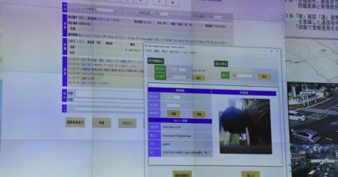 ネットで110番通報が入ると、県警通信司令室につながり、やりとりがスクリーンに映し出される=長崎市尾上町で2018年11月6日、今野悠貴撮影