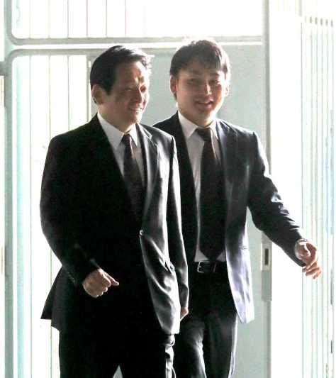 オーナーに鈴木球団本部長(左)と巨人入りの報告に済ませ笑顔の丸(撮影・岩崎 哲也)