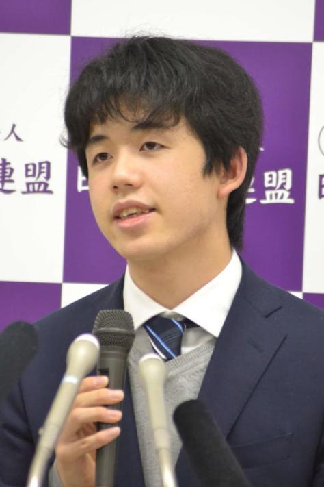 通算100勝の達成会見に応じた藤井聡太七段
