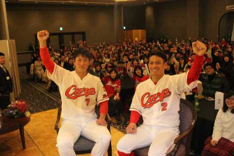 トークショーに参加したファンとガッツポーズして記念撮影する堂林(左)と田中