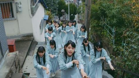 シングル「風を待つ」のミュージックビデオで、坂道を駆け上がるSTU48瀧野由美子(中央)ら
