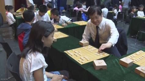 中国 プロ棋士が子どもに将棋教室