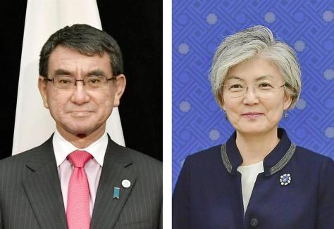 (左から)河野太郎外相、韓国の康京和外相